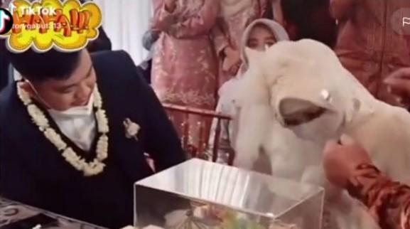 Ngakakk! Akad nikah,  Pengantin pria terkejut saat membuka cadar pengantin wanita